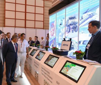 Рустам Минниханов осматривает экспозицию.